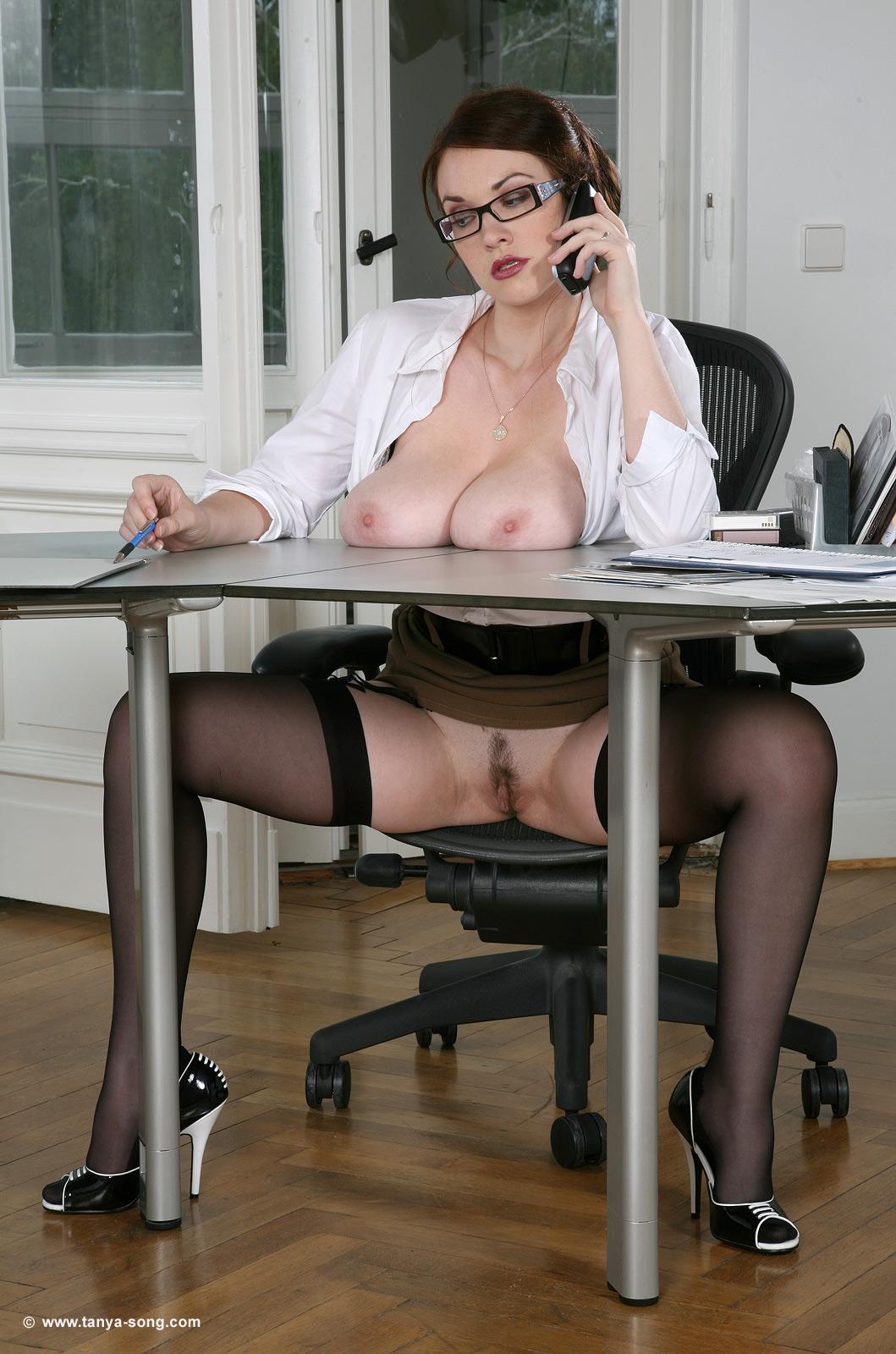Огромные сиськи в офисе